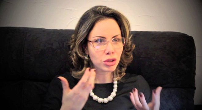 """Pastora Sarah Sheeva alfineta gordinhos e é """"massacrada"""" na web."""