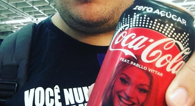 Humorista gospel encontra Pabllo Vittar em lata de refrigerante e tem reação inesperada