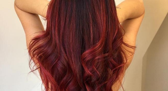 Estrela da música gospel pentecostal pinta os cabelos de vermelho e surpreende fãs