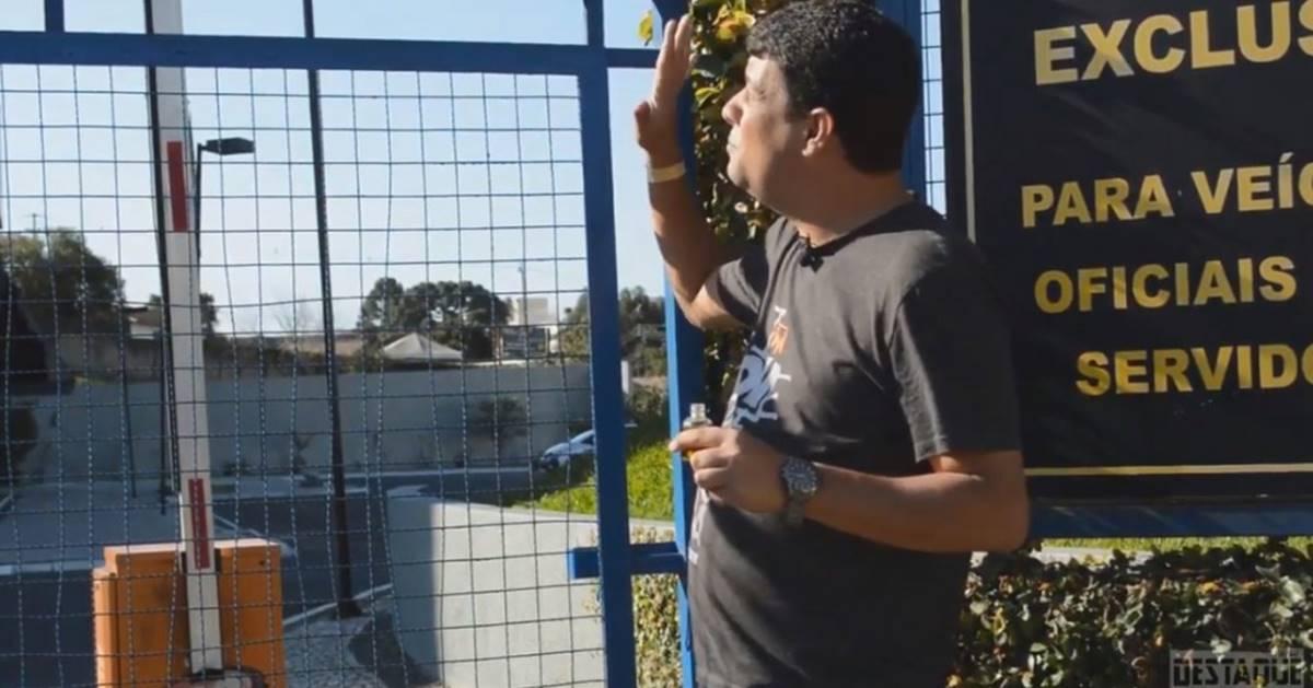 Pastor unge cadeado da PF e afirma que Lula será solto em um mês