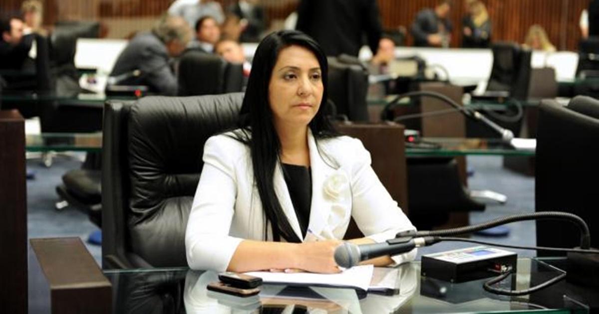Cantora Mara Lima lamenta a morte de amigo vítima de coronavírus