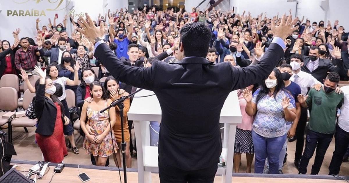 Samuel Mariano promove culto com aglomeração, e pessoas sem máscaras