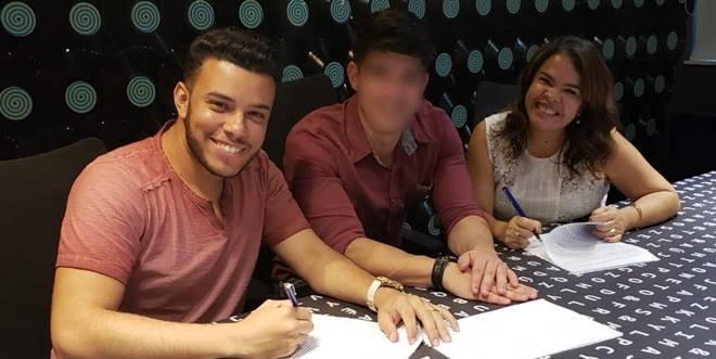 Katia e Edgar em assinatura de contrato com a Som Livre