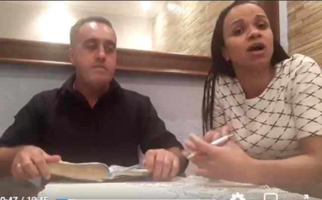 Sem saber que estava ao vivo, pastor agride a esposa em live