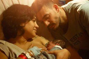 Daniela Araújo e o esposo na primeira foto com Lucca