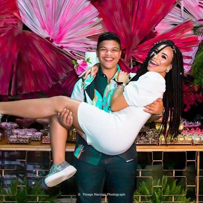 Paulo Neto e a irmã, Lanah Silva no colo