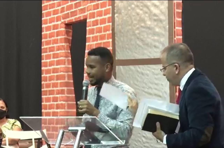 """Pastor humilha cantor gospel durante congresso: """"Acabou pra você, garoto"""""""