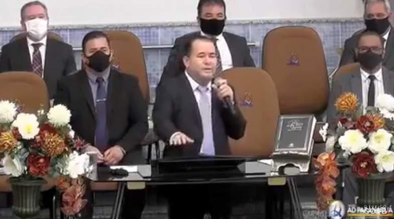 Pastor da Assembleia de Deus dá bronca em mulheres com brinco na igreja