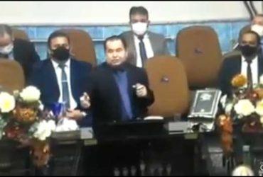 Pastor pregando sobre cabelo curto
