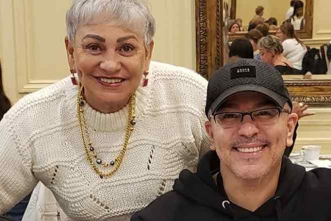 Mãe de Alex Gonzaga sai da UTI após tratamento para Covid-19