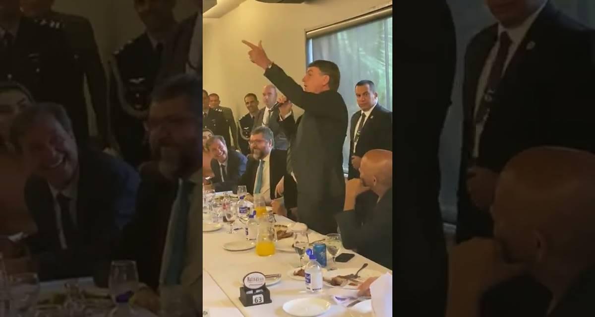 """Cantores gospel vibraram na churrascaria quando Bolsonaro mandou a imprensa à """"PQP"""""""