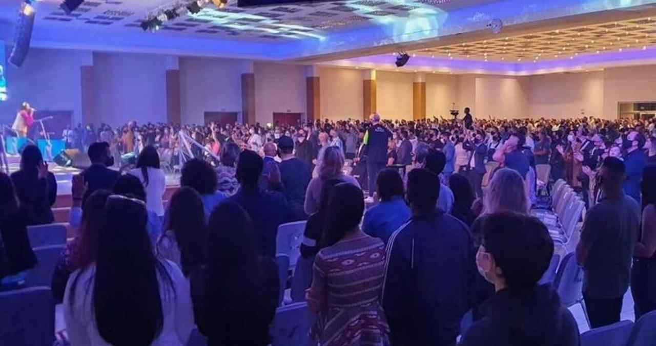 Um dia após culto ser interditado, Malafaia reúne milhares de fiéis no PR
