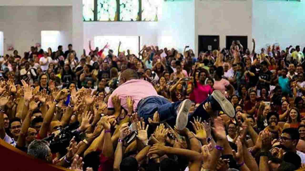Pastor famoso se joga em cima de fiéis durante ministração e choca web