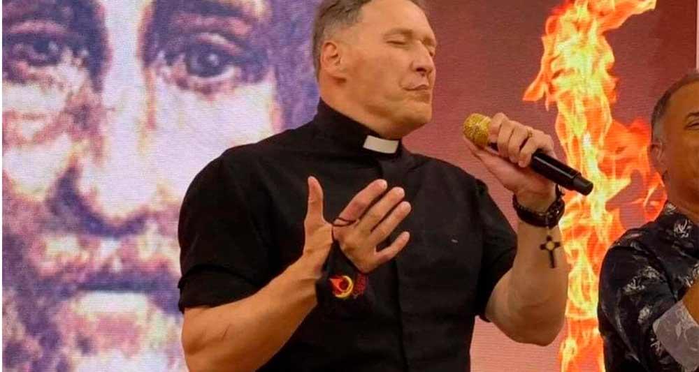 Padre Marcelo Rossi muscoloso