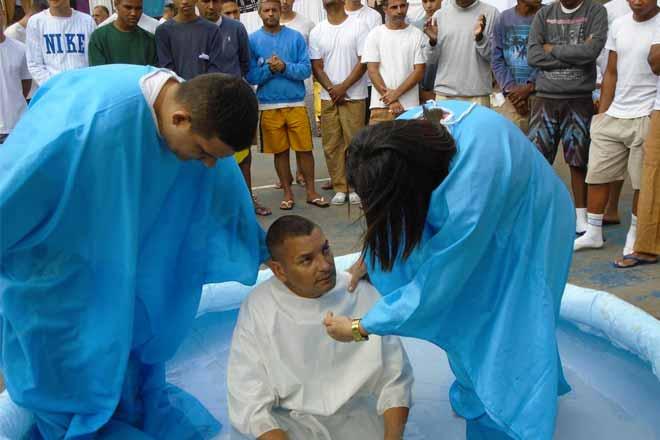 Padre sendo batizado
