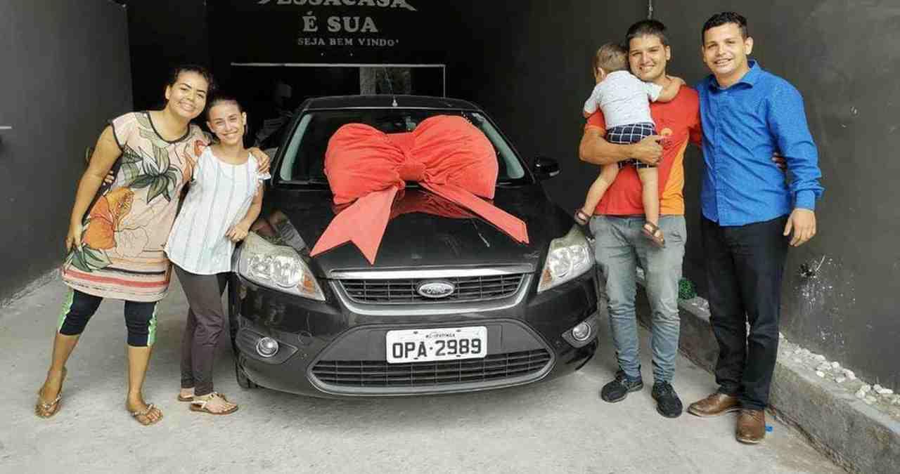 """Pastor presenteia fiel com carro novo: """"Deus mandou"""""""